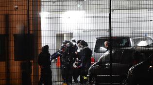 Les secours transportent une personne blessée à l'extérieur du centre pénitentaire de Condé-sur-Sarthe (Orne), le 5 mars 2019. (JEAN-FRANCOIS MONIER / AFP)