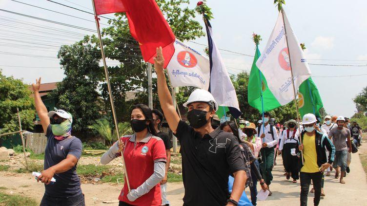 Des manifestants pro-démocratie défilent dans les rues de Dawey en Birmanie, dimanche 28 mars 2021. (HANDOUT / DAWEI WATCH)