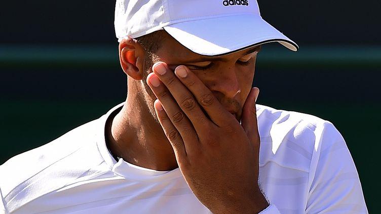 Le tennisman français Jo-Wilfried Tsonga, est éliminé du tournoi de Wimbledon, à Londres, par le Croate Iva Karlovic, samedi 4 juillet 2015. (LEON NEAL / AFP)