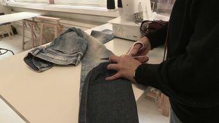 Société : recycler ses vêtements, une tendance qui se développe en France. (FRANCE 2)