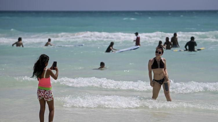 Des touristes sur une plage de Cancun, le 8 octobre 2020 (illustration). (PEDRO PARDO / AFP)