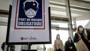 Affiche indiquant le port du masque obligatoire à Lille le 7 septembre 2020. (LUC NOBOUT / MAXPPP)