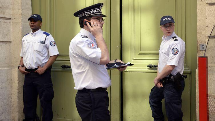Des policiers sécurisent le lieu où s'est produite l'agression de Clément Méric, le 6 juin 2013 à Paris. (BERTRAND GUAY / AFP)