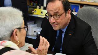 Pendant que le PS fait sa rentrée politique, François Hollande dédicace des exemplaires de son livre. (GEORGES GOBET / AFP)