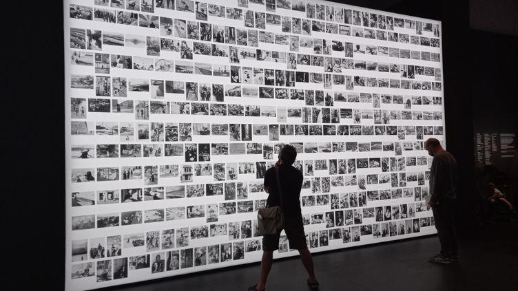 """La Master Collection, d'Henri Cartier-Bresson, à l'entrée de l'exposition """"Le Grand Jeu"""" à la Bibliothèque nationale de France. (Marine Ritchie)"""