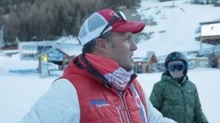 Quand arrivent les premières neiges, l'agriculteur Sébastien Bonnaffoux devient aussi moniteur de ski. Les caméras de France 2 l'ont suivi, dans son quotidien pas comme les autres. (FRANCE 3)