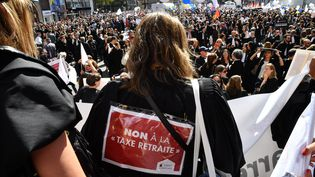 Lesavocats semobilisent dans les rues de Paris, lundi 16 septembre, contre la réforme des retraites. (MAXPPP)