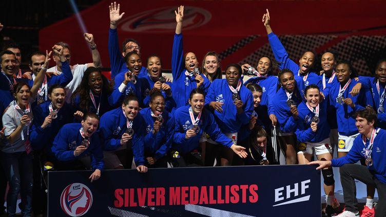 L'équipe de France féminine de handball médaille d'argent à l'Euro 2020 à Herning (Danemark), le 20 décembre 2020. (JONATHAN NACKSTRAND / AFP)