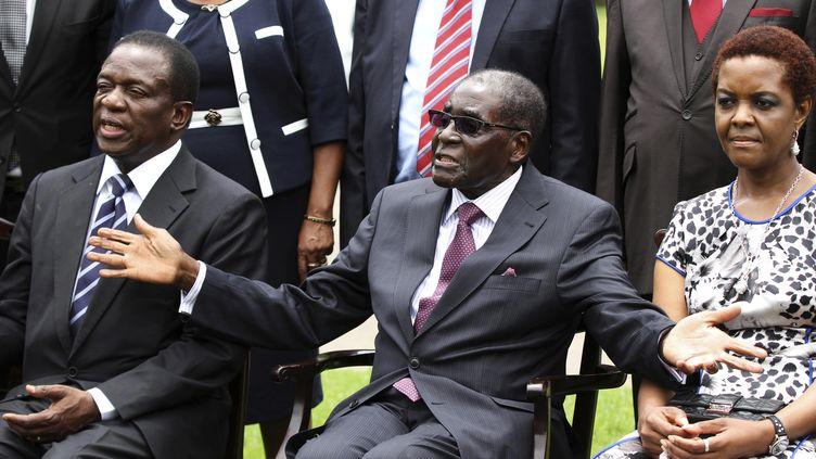 Robert Mugabe (au centre), alors président, entouré de son (futur) successeurEmmerson Mnangagwa, alors vice-président, le 12 décembre 2014. (PHILIMON BULAWAYO / X02381)