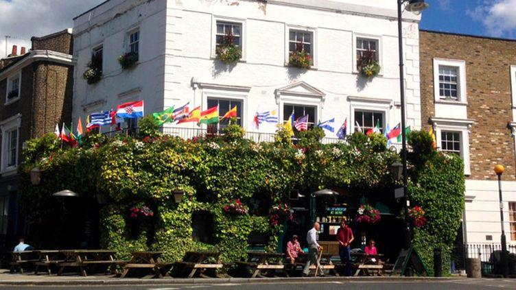 (Les pubs anglais aux couleurs de la Coupe du monde, comme ici dans le quartier d'Islington, à Londres © RF / Franck Mathevon)