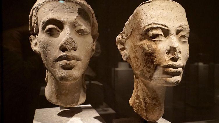 Reproductions de statues du pharaon Akhenaton et de sa femme Nefertiti au musée de Berlin. (IGOR ZAREMBO / SPUTNIK)