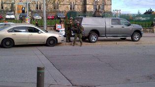 Capture d'écran d'une photo posté sur le compte Twitter du journaliste John Ivison, présent sur les lieux de la fusillade à Ottawa (Canada). (IVISONJ / TWITTER)