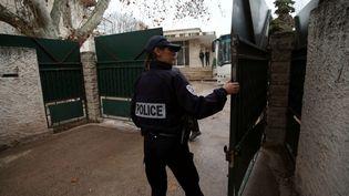 Une policière devant l'institut franco-hébraïque La Source, à Marseille (Bouches-du(Rhône), le 11 janvier 2016, après l'agression d'un enseignant de l'établissement. (MAXPPP)
