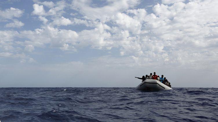 (Les migrants secourus naviguaient sur des canots de fortune © REUTERS/MOAS/Darrin Zammit Lupi)