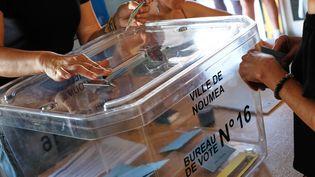 Un bureau de vote à Nouméa à l'occasion du référendum sur l'indépendance de la Nouvelle-Calédonie, dimanche 4 novembre 2018. (THEO ROUBY / AFP)