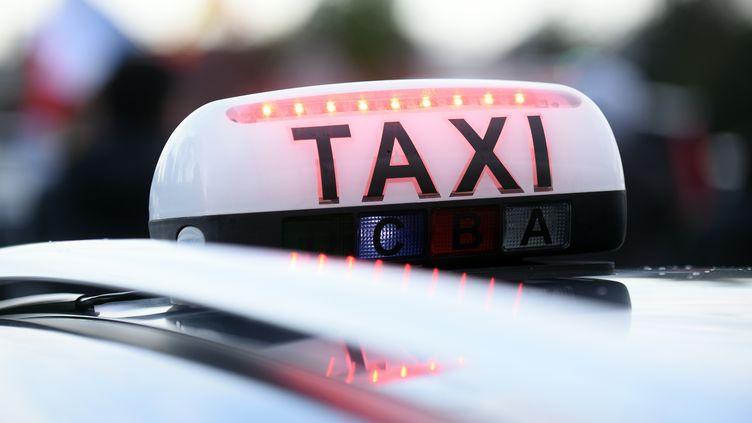 Ce chauffeur a été interpellé et mis en examen aux côtés de trois personnes soupçonnées d'être des passeurs. (REMY GABALDA / AFP)