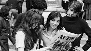 """13 Juin 68 : Etudiants dans la cour de la Sorbonne lisent le journal """"Action""""  (SIPAHIOGLU/SIPA)"""
