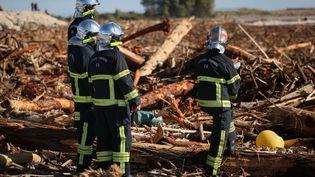 Des pompiers nettoient des débris laissés par la tempête Alex à Saint-Laurent-du-Var, dans les Alpes-Maritimes, le 3 octobre 2020. (ARIE BOTBOL / HANS LUCAS / AFP)