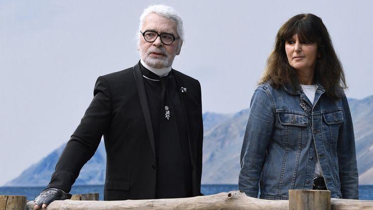 Virginie Viard au côté de Karl lagerfeld, en octobre 2018  (Bertrand GUAY / AFP)