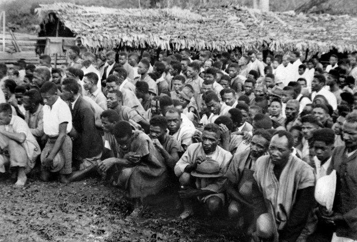 Des rebelles malgaches se rendent aux militaires français le 25 septembre 1947 dans la région de Toamasina (est). (AFP )