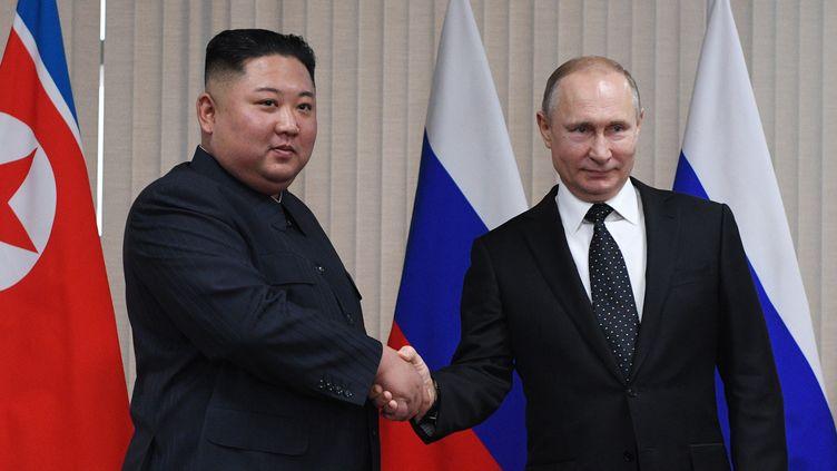 Kim Jong-un et Vladimir Poutine à Vladivostok (est de la Russie), le 25 avril 2019. (VALERIY MELNIKOV / AFP)