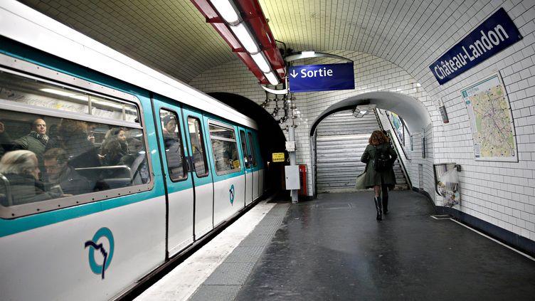 Une femmesur les quais du métro, à Paris, le 12 décembre 2017. (ALEXANDROS MICHAILIDIS / SOOC / AFP)