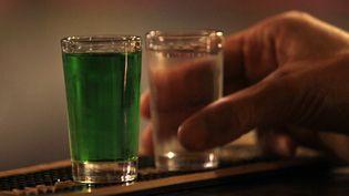 Des shots de liqueur dans un bar de Prague (République tchèque), le 12 septembre 2012.En 2010, les plus gros consommateurs d'alcool étaient notamment la Russie et les pays d'Europe de l'Est. (DAVID W. CERNY / REUTERS)