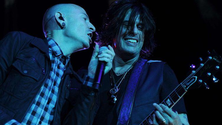Chester Bennington (Linkin Park) et Dean DeLeo des Stone Temple Pilots.  ( Jeff Daly/AP/SIPA)