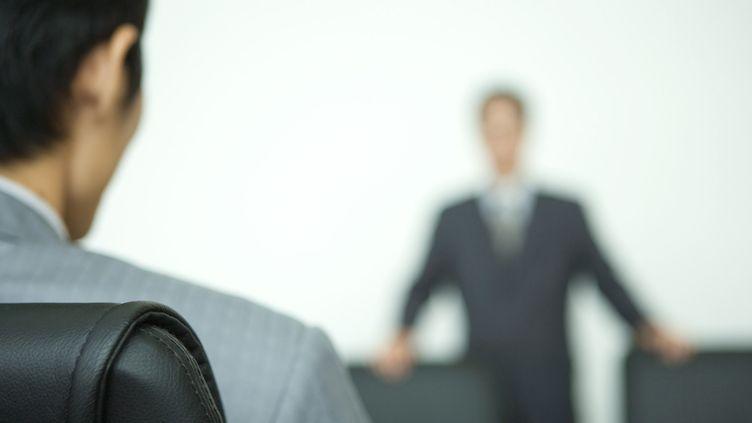 Un patron reçoit un employé. Photo d'illustration. (JAMES HARDY / MAXPPP)