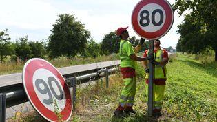 Emmanuel Macron s'est dit ouvert à des aménagements concernant la limitation de vitesse à 80 km/h sur les routes secondaires. (SEBASTIEN BOZON / AFP)