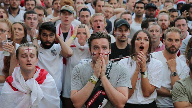 Des supporters anglais à Londres (Angleterre), pendant l'égalisation croate, le 11 juillet 2018. (DANIEL LEAL-OLIVAS / AFP)