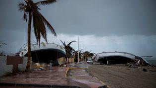 Deux bateaux à voile échoués sur une route de Marigot dans l'île Saint-Martin dévastée par l'ouragan Irma, le 9 septembre 2017. (MARTIN BUREAU / AFP)