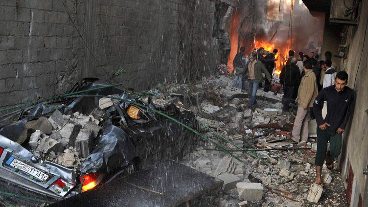 La carcasse d'une voiture après l'explosion d'une bombe à Jaramana, dans la banlieue de Damas (Syrie), mercredi 28 novembre 2012. (AFP)