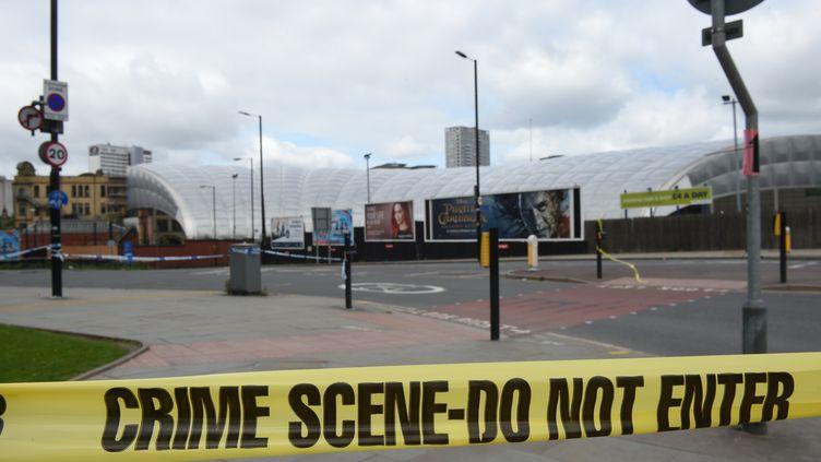 Un cordon de sécurité entoure la zone de concert où a eu lieu l'attentat, à Manchester (Royaume-Uni), le 22mai 2017. (OLI SCARFF / AFP)