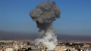 De la fumée s'élève au-dessus de Maaret Al-Numan après une frappe aérienne menée par les forcessyriennes, le 18 décembre 2019. (ABDULAZIZ KETAZ / AFP)