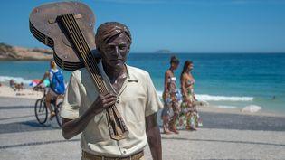 20e anniversaire de la mort de Tom Jobim : hommage avec une scultpture du musicien sur la plage d'Ipanema  (CHRISTOPHE SIMON / AFP)