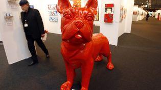 """Le """"Bull-Dogue Rouge"""" de l'artiste d'origine belge William Sweetlove, présenté àla foire européenne de Strasbourg en 2006. (OLIVIER MORIN / AFP)"""