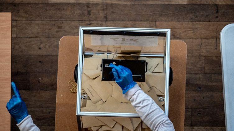 Au premier tour des élections municipales à Lyon, le 15 mars 2020. (JEFF PACHOUD / AFP)