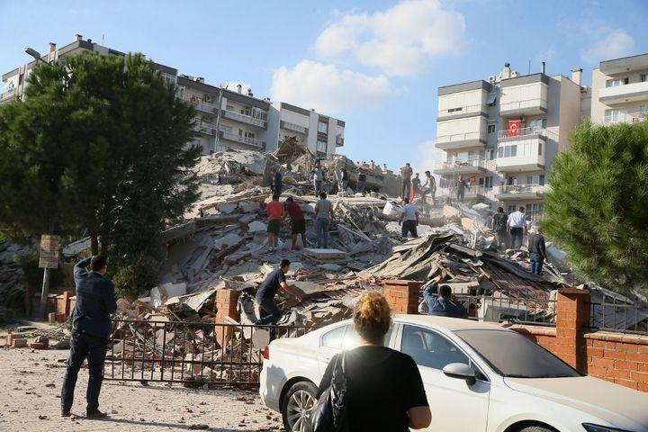 Un puissant séisme frappe la Turquie et la Grèce
