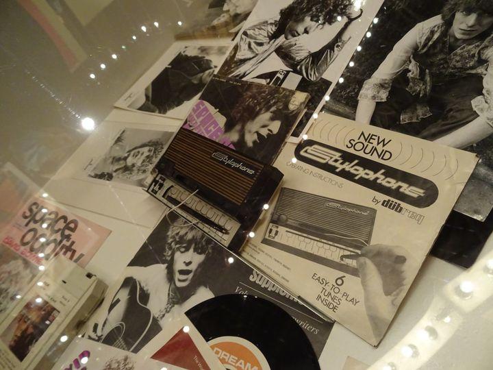 """La vitrine de l'exposition """"Bowie Odyssée"""" dans laquelle on découvre le Stylophone, un instrument de musique oublié des années soixante, dont Davie Bowie s'est servi en partie pour son titre """"Space Oddity"""". (COLLECTION JEAN-CHARLES GAUTIER  - PHOTO LAURE NARLIAN)"""