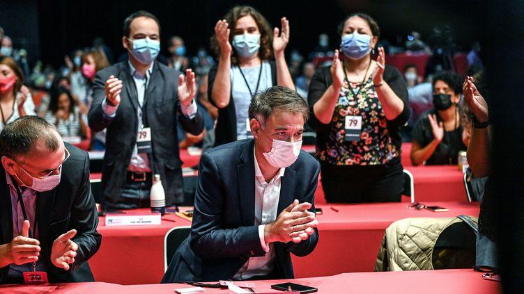 Olivier Faure, le Premier secrétaire du Parti socialiste, sous les acclamations des membres du parti, à Villeurbanne (Rhône), le 18 septembre 2021. (OLIVIER CHASSIGNOLE / AFP)