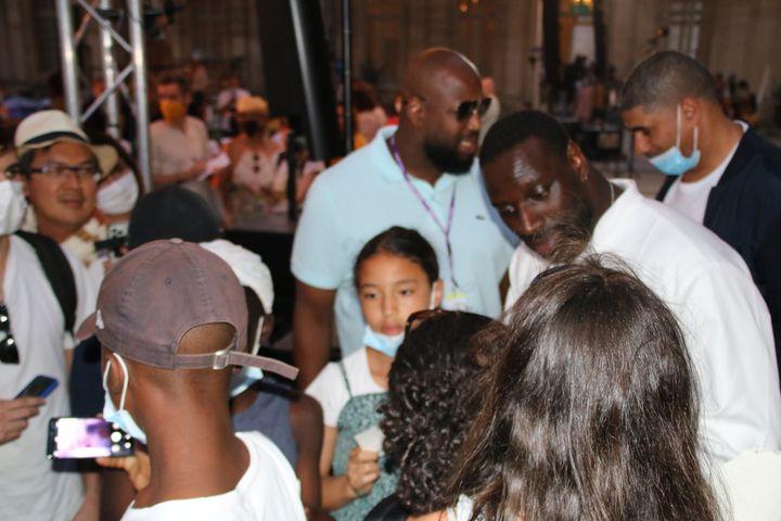 Omar Sy en séance selfies avec ses jeunes fans, le 10 juillet dans la cours du Musée Calvet à Avignon. (Sophie Jouve)