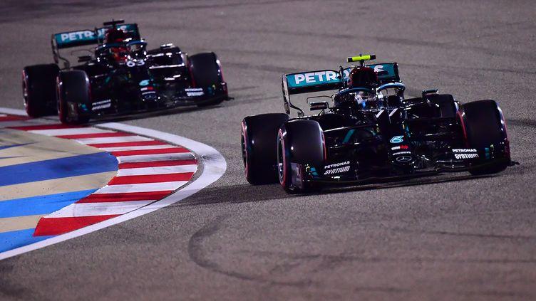 Valtteri Bottas et George Russell l'un derrière l'autre sur le circuit de Bahreïn (GIUSEPPE CACACE / POOL)
