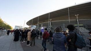 Des patients attendent devant le centre de vaccination du Stade de France à Saint-Denis (Seine-Saint-Denis) le 23 avril 2021. (PANAYOTIS PAVLEAS / HANS LUCAS / AFP)
