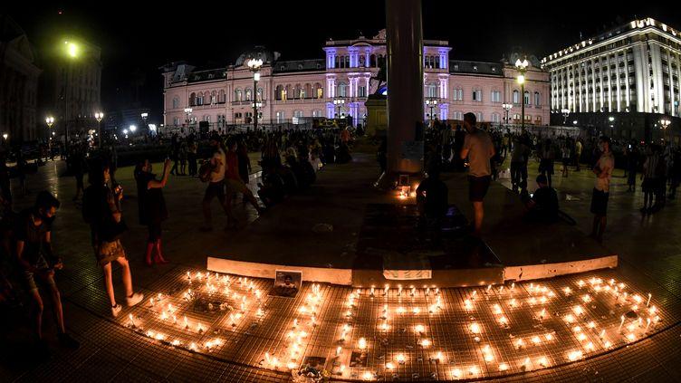 Le peuple argentin pleure Diego Maradona et lui rend hommage devant le palais présidentiel à Buenos Aires (FERNANDO GENS / DPA)