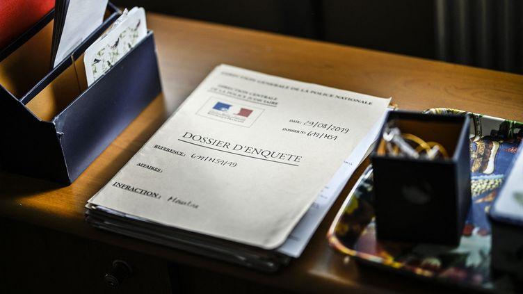 Après une pré-plainte en ligne, il est nécessaire d'aller signer la plainteaucommissariat ou à la brigade de gendarmerie. (PATRICK FOUQUE / AFP)
