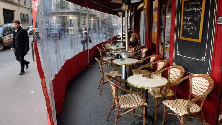 Une terrasse protégée, à Paris en 2007. (STEPHANE DE SAKUTIN / AFP)
