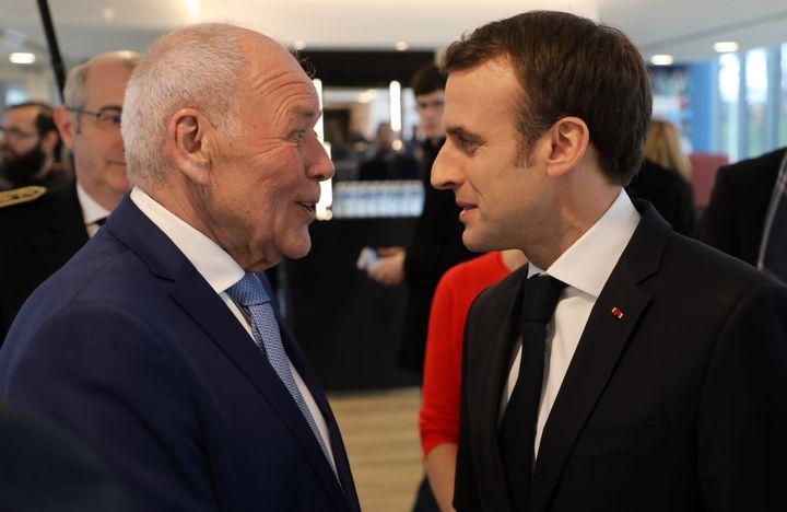 Laurent Cathala, maire de Créteil, salue Emmanuel Macron lors d'une inauguration, en janvier 2019. (LUDOVIC MARIN / AFP)
