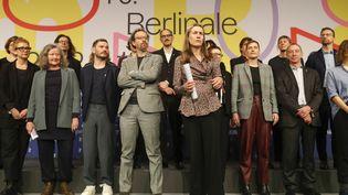 L'équipe du festival de Berlin, dirigée par un nouveau duo : la directrice généraleMariette Rissenbeek (au premier plan) et le directeur artistique Carlo Chatrian (4e à partir de la gauche), le 29 janvier 2020 à Berlin (ODD ANDERSEN / AFP)