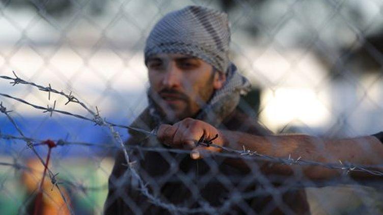Des réfugiés attendent de traverser le frontière entre la Macédoine et la Grèce près de Gevgelija (Macédoine) le 30 novembre 2015. (REUTERS - Ognen Teofilovski)